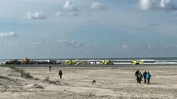 Raft slaat om op Terschelling, zeven mensen naar het ziekenhuis