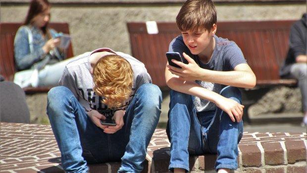 Onderzoek: kinderen spelen langer op telefoon dan buiten