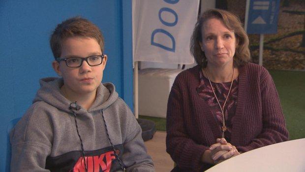 Melvin (11) is mantelzorger voor zieke moeder: 'Zo lief dat hij dat voor mij doet'