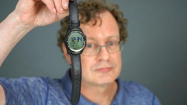 Getest: smartwatch met twee schermen en enorme accuduur