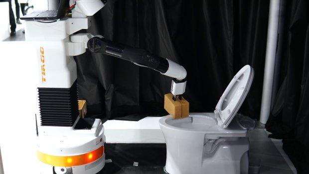 Deze robot maakt de wc schoon
