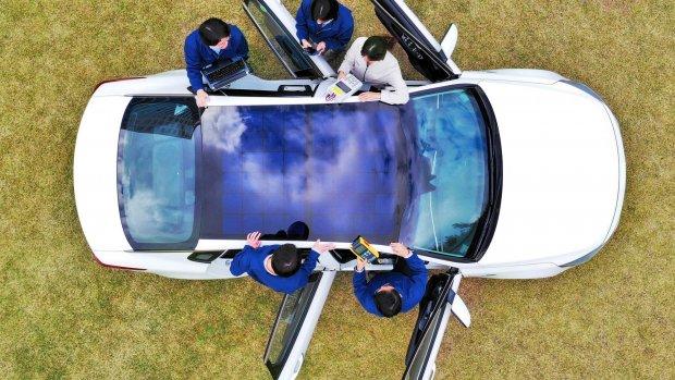 Auto's met zonnepanelen: is dat logisch?