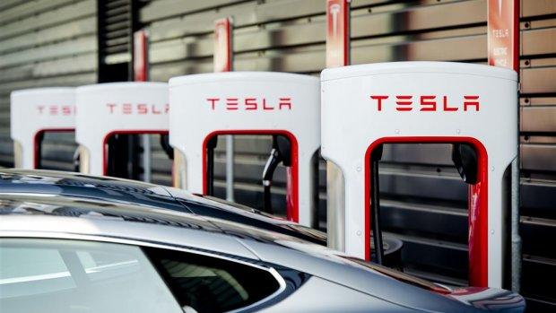Elon Musk belooft meer en snellere Tesla-snelladers