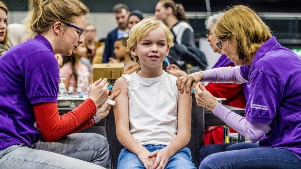 Zeven op de tien Nederlanders willen dat vaccineren verplicht wordt