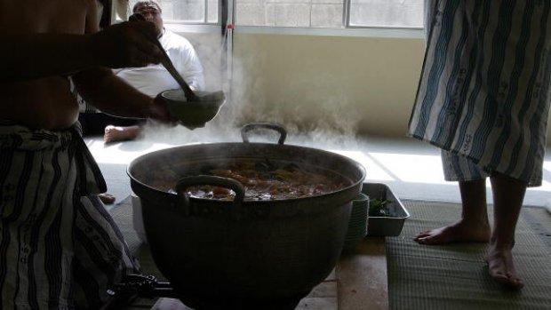 Hoofd werknemer in kokend water gedrukt door baas in Japan