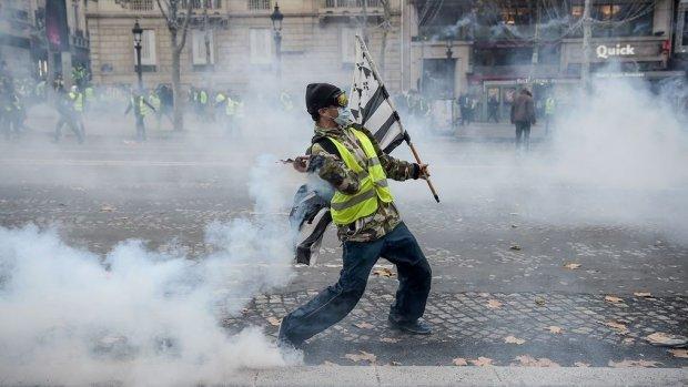 Brandstofprotest Parijs: betogers met traangas en waterkanon uiteengedreven