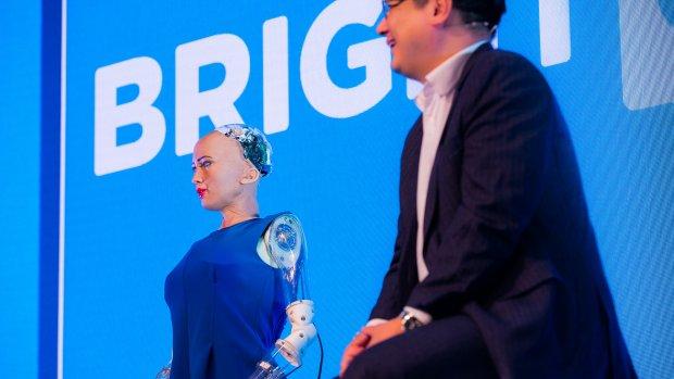 'Robot Sophia moet bewustzijn en emoties nabootsen'