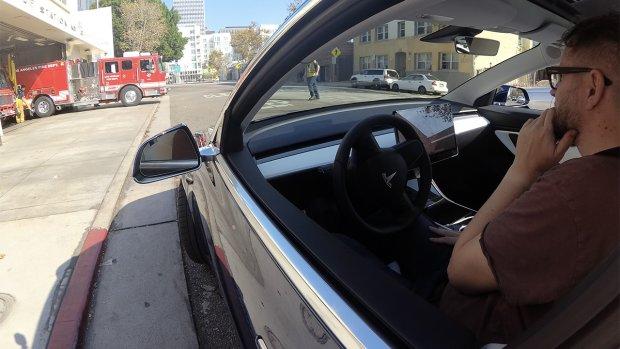 Stickers fopten Tesla Autopilot: auto's wisselden van rijbaan