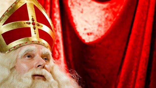 Sint slaat plank mis met hamer, oorbellen en muziek