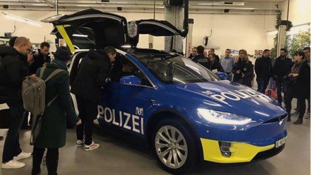 Nederlands bedrijf bouwt Tesla's om tot Zwitserse politiewagens