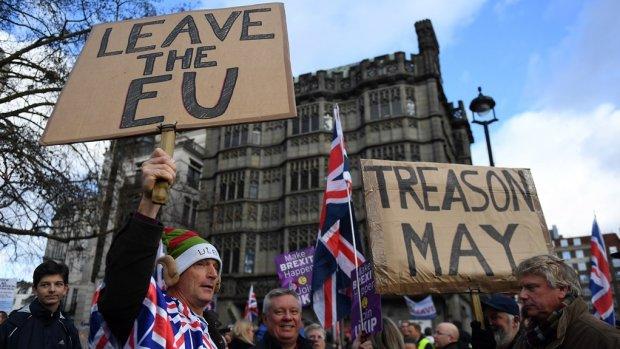 Cruciale brexit-stemming uitgesteld, politieke chaos in Londen