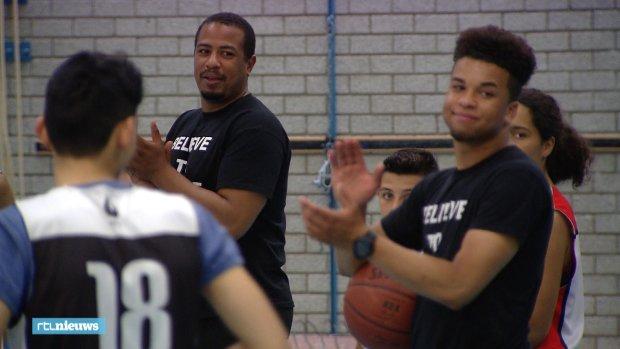 'Die coaches, het zijn net mijn vaders': stichting helpt probleemjongeren door basketbal