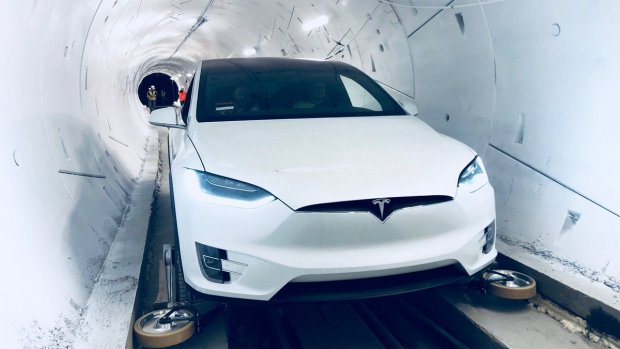 Bedrijf Elon Musk vervoert auto's door speciale tunnel