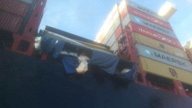 Foto's van ravage op vrachtschip dat containers verloor op Noordzee