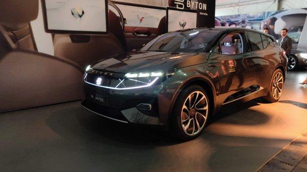 Deze elektrische auto zit vol met schermen