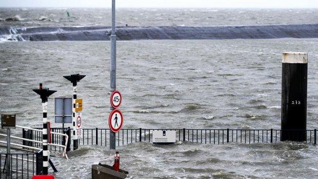 Zware windstoten en stormachtig weer, dijkbewaking van kracht