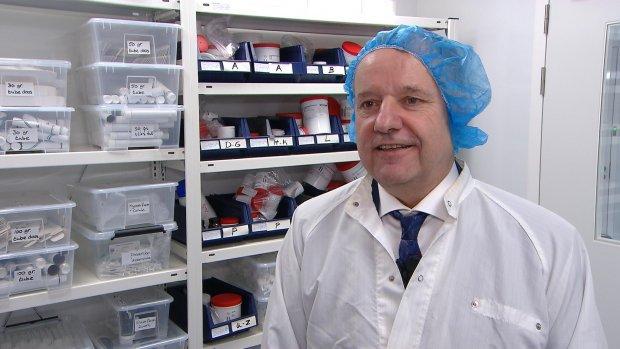 Apotheker komt met eigen goedkope medicijnen