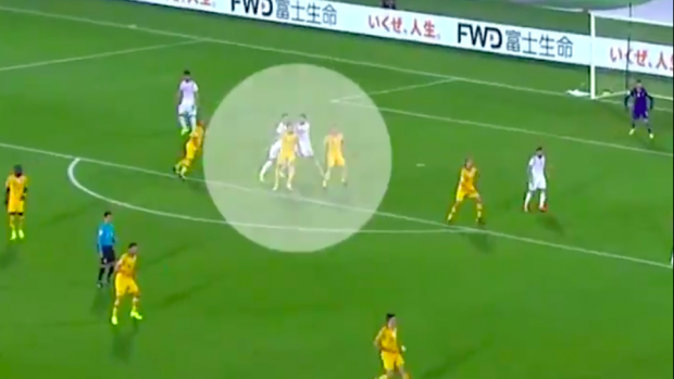 WTF! Syrische speler krijgt penalty na duw ploeggenoot