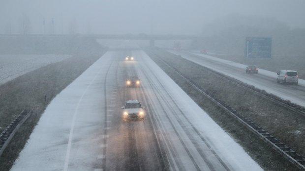 Het sneeuwt: luchthaven Rotterdam dicht, code geel in hele land