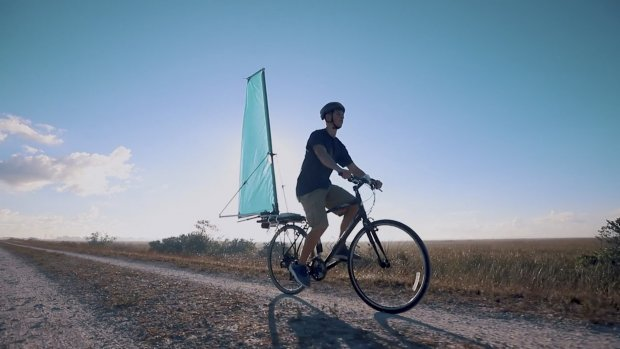 Sneller fietsen met een zeil aan je bagagedrager