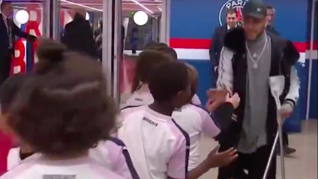 Neymar op krukken geeft alle mascottes een high-five