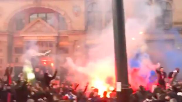 Duizenden PSG-supporters maken er een mooi sfeertje van in Man...