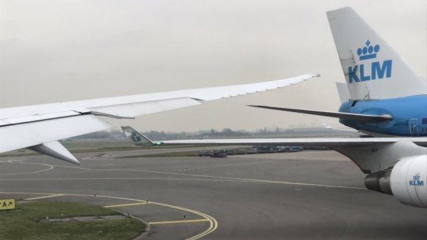 Taxiënde vliegtuigen raken elkaar op Schiphol