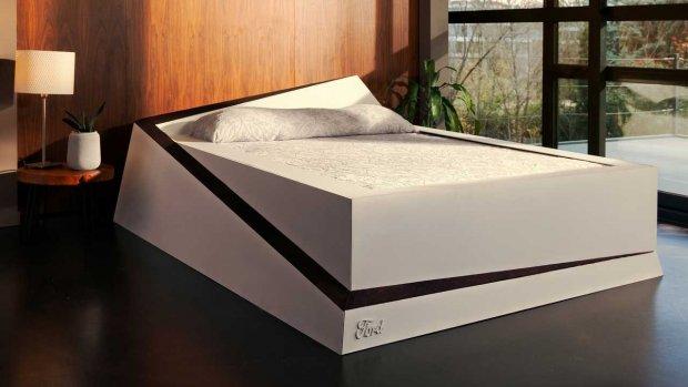 Dit bewegend bed rolt snurkende partner opzij