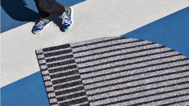 Adidas op de vloer: tapijt gemaakt van oude sneakers