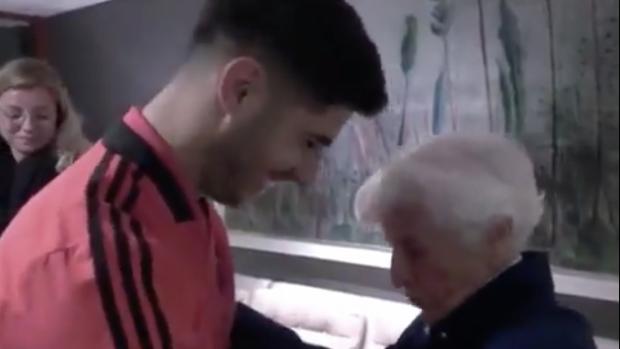 Prachtig: Marco Asensio in een Nederlands onderonsje met oma