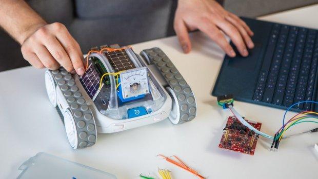 Dit autootje kan je programmeren en uitbreiden