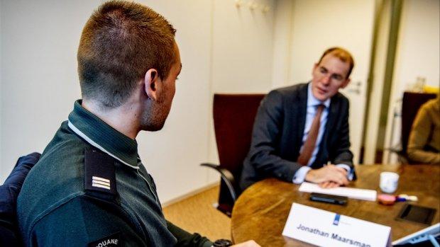 Snel zwijgt over overgeslagen controles op drugsvluchten