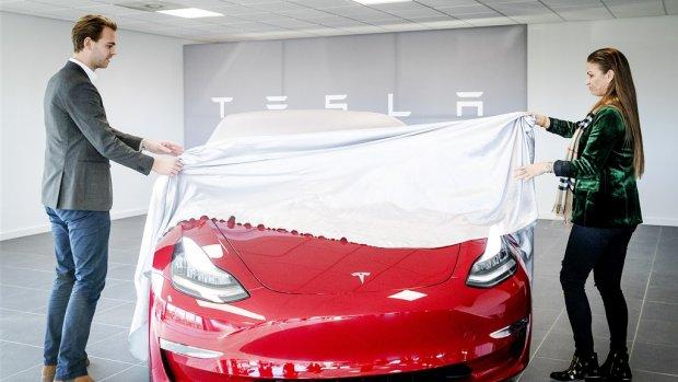 Koersval Tesla na winstwaarschuwing en winkelsluitingen