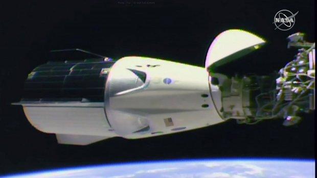 SpaceX-capsule met pop aan boord gekoppeld aan ISS