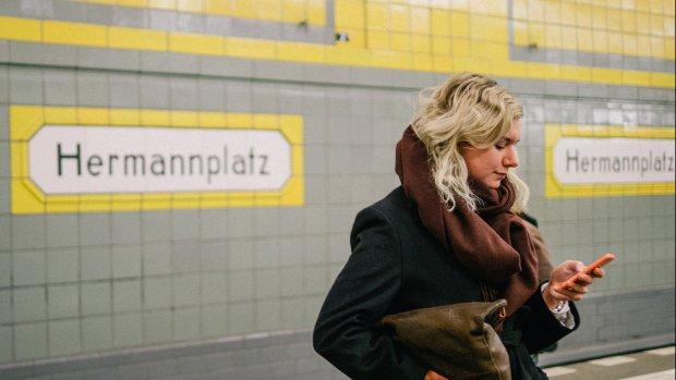 Loonkloof? Vrouwen reizen met korting in metro Berlijn