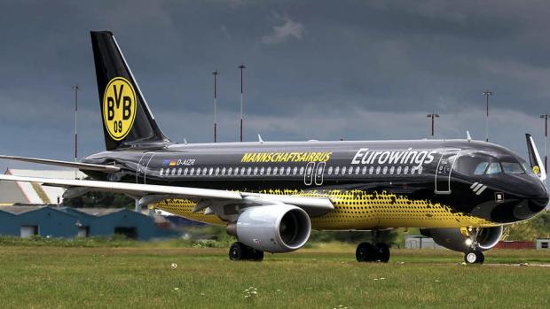 Schalke-fans na vernedering met vliegtuig aartsrivaal naar huis