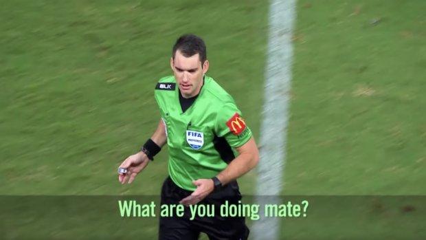 Luister: Scheidsrechter draagt microfoon tijdens wedstrijd