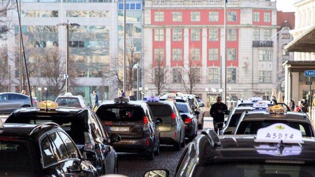 Plaat in de weg laadt elektrische taxi's draadloos op