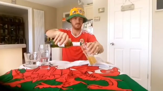 Wales fan maakt zich klaar voor de wedstrijd