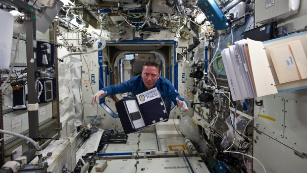 Het stikt van de bacteriën in het ISS