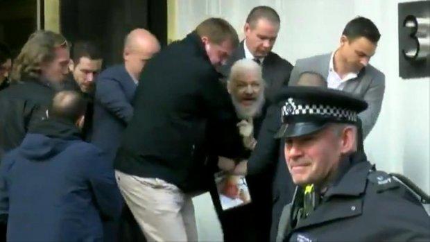 Julian Assange veroordeeld tot 50 weken cel