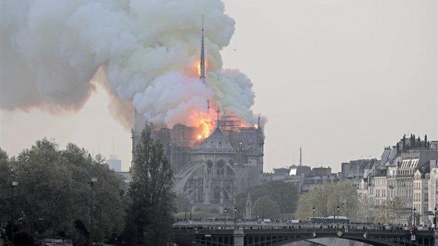 Livebeelden: uitslaande brand Notre-Dame
