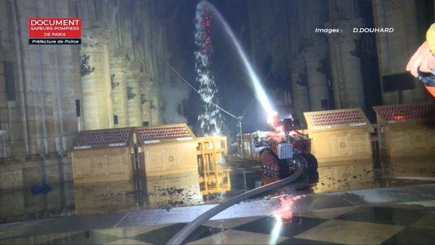 Robot Colossus bestreed brand Notre-Dame van binnenuit