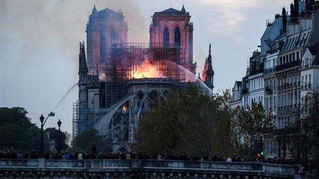 YouTube markeert livestreams brand Notre-Dame als nepnieuws