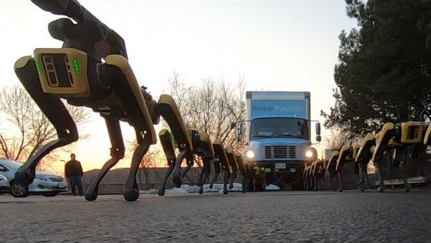 Robots Boston Dynamics trekken vrachtwagen voort