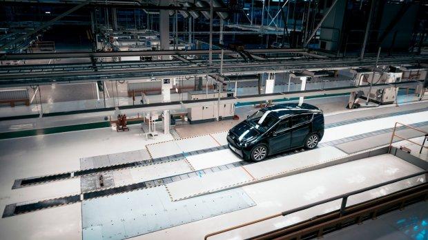 Auto met zonnepanelen wordt in Zweden gebouwd