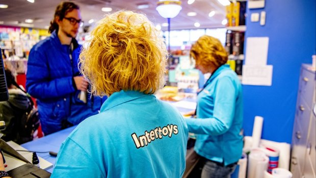 Minister wil dat ontslagen winkelpersoneel werk vindt in zorg