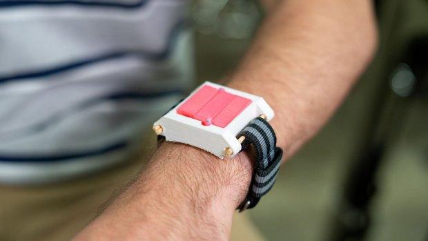 Horloge met opvouwbare injectiespuit alternatief voor EpiPen