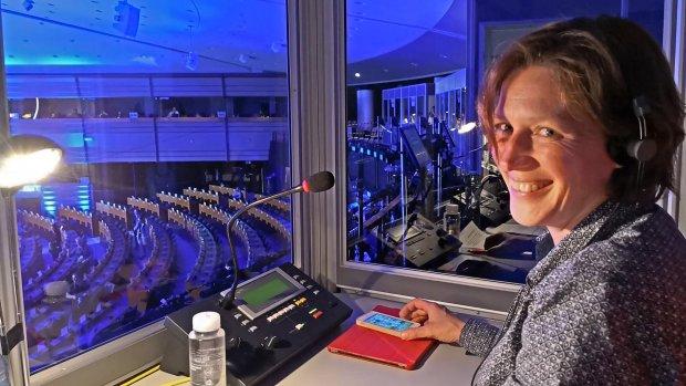 Annemieke tolkt in vijf talen bij het Europees Parlement