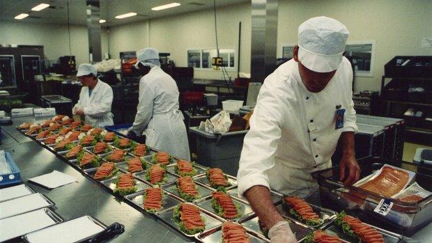 Cateraar KLM ontsloeg werkneemster die eten proefde